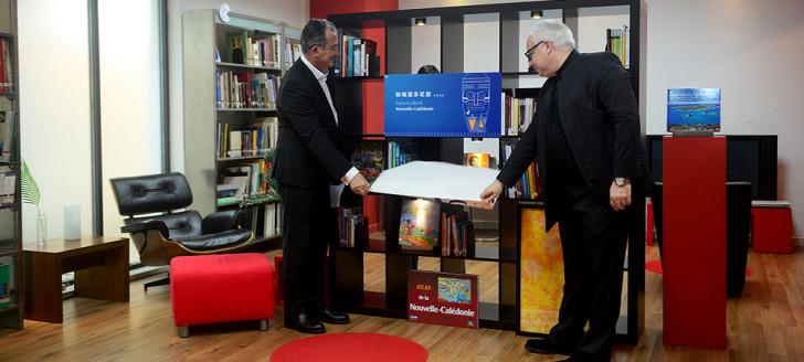 Bernard Deladrière et Christophe Dreyer, directeur de l'Alliance française de Canton, ont inauguré un espace culturel dédié à la Nouvelle-Calédonie.