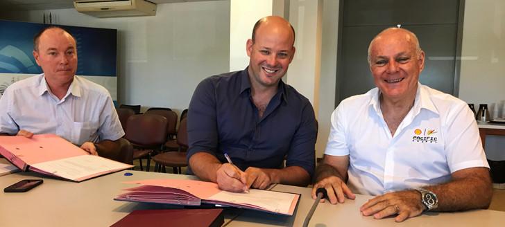 Signature de la convention par Christopher Gygès et René Féré (DG de Shell Pacific), en compagnie de Thierry Dombrowsky, directeur du GIP handicap et dépendance.