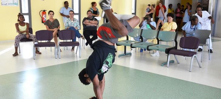 Des membres du personnel, des patients, des parents ont profité d'un spectacle de danse hip-hop dans l'espace Cinévasion du Médipôle.