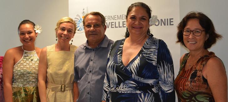 Jean-Louis d'Anglebermes et Nicole Bouteau (en bleu), entourés des autres membres de la délégation polynésienne.