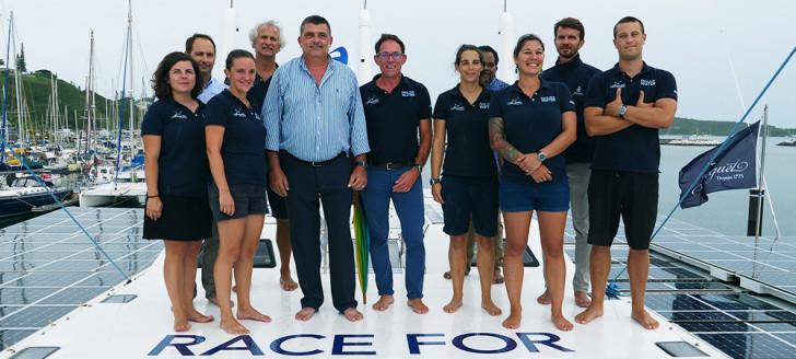 Philippe Germain aux côtés de l'équipage du Race for Water.
