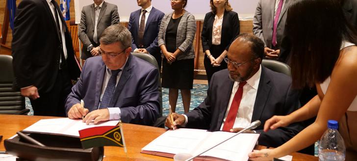 Présenté lors du 1er sommet économique Nouvelle-Calédonie-Vanuatu le 13 février, l'accord commercial bilatéral a été signé le 23 avril par Philippe Germain et Charlot Salwai.