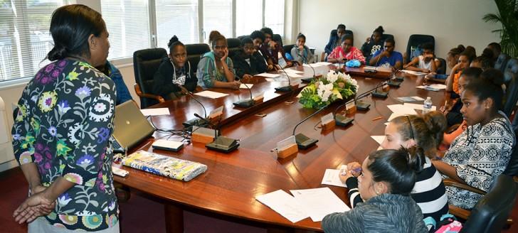 Les collégiens ont pu s'installer dans la salle des délibérations où les membres du gouvernement se réunissent chaque mardi.