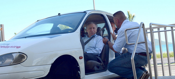 À la DITTT, Jean Todt a testé le simulateur d'accident autochoc.