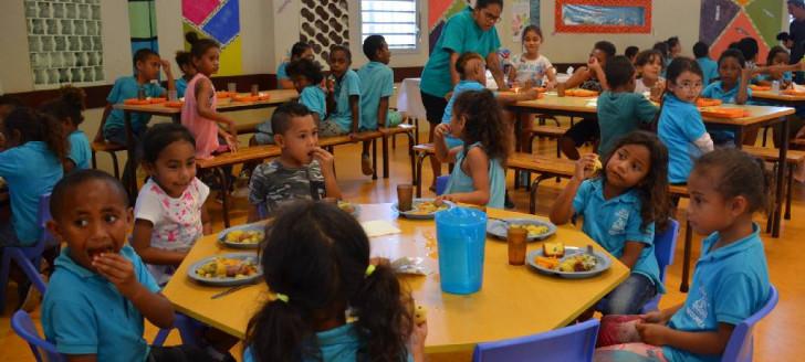 Jour de fête à la cantine de l'école Maurice-Fonrobert, à Kaméré, à l'occasion de la Fête des produits locaux.