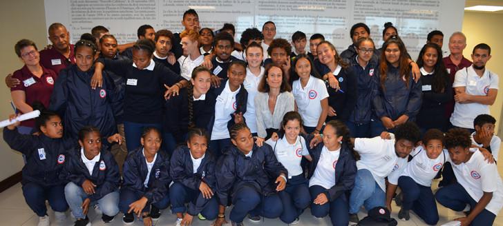 Isabelle Champmoreau aux côtés des 40 jeunes du SNU et de leurs encadrants.