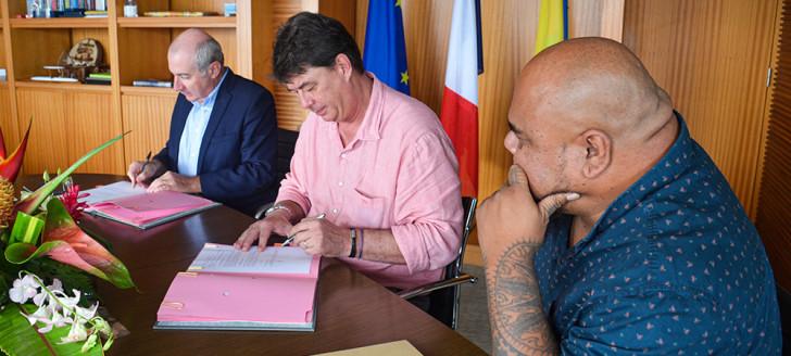 Laurent Prévost et Thierry Santa ont signé la convention au gouvernement de la Nouvelle-Calédonie, en présence de Vaimu'a Muliava.