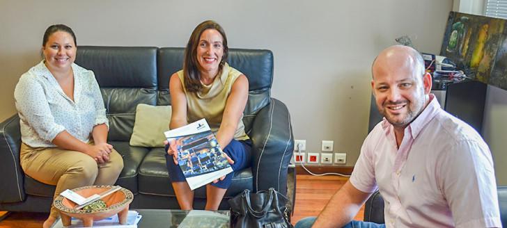La responsable commerciale de DUONS Pacific, Élodie Elias, entourée de la directrice adjointe des Affaires économiques, Roxanne Brun, et de Christopher Gygès.