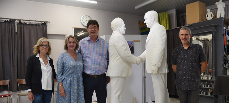 Le sculpteur Fred Fichet aux côtés de Thierry Santa, Sonia Lagarde et Isabelle Lafleur, devant la sculpture de la poignée de main qui doit être finalisée en Métropole.