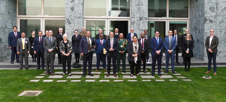 Les membres de la commission permanente mixte des affaires étrangères, de la défense et du commerce, aux côtés des représentants diplomatiques des huit pays insulaires du Pacifique consultés.