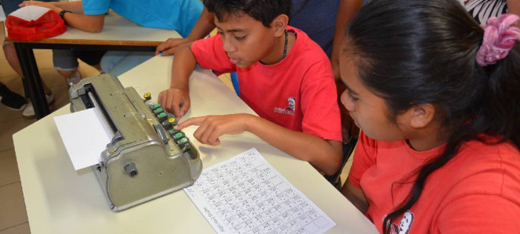 L'un des ateliers proposait aux élèves de découvrir l'alphabet braille.