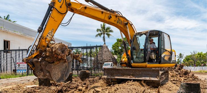 Le terrassement sert également à évacuer les souches des arbres abattus (Crédit photos : www.chantier-photo.com / Stéphan Peretti).
