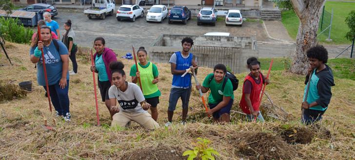 Aidés par plusieurs associations, les élèves ont planté environ 200 arbres de forêt sèche sur un site dédié du lycée et dans son arboretum.