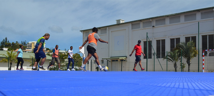 Différentes activités de cohésion, physiques et de bien-être, comme ici le « foot en marchant », étaient proposées durant la Semaine pour la qualité de vie au travail du gouvernement.