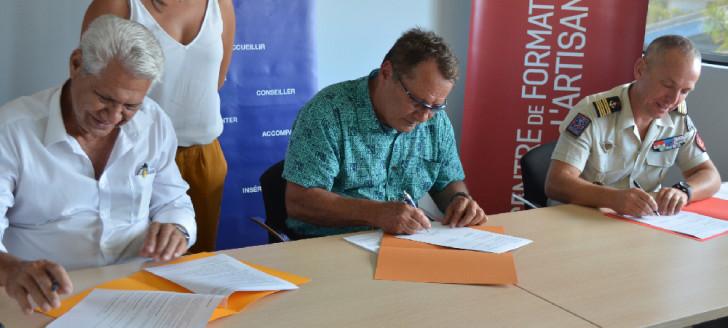 Le président de la Chambre de métiers et de l'artisanat Daniel Viramoutoussamy, le membre du gouvernement Jean-Louis d'Anglebermes et le lieutenant-colonel Nicolas Baller ont signé la convention mardi 12 novembre, au CFA.