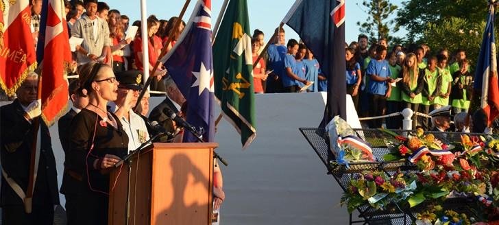 Durant la cérémonie, Sarah Briggs a interprété les hymnes australien, néo-zélandais et français.