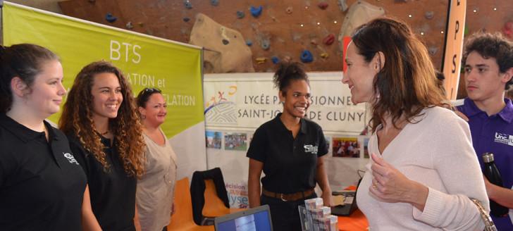 Isabelle Champmoreau, chargée de l'enseignement au gouvernement, s'est rendue au Salon de l'étudiant le 2 août où elle a échangé avec des exposants et des jeunes.