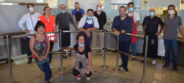 Les professionnels de la restauration et les associations partenaires de l'opération Chefs solidaires.