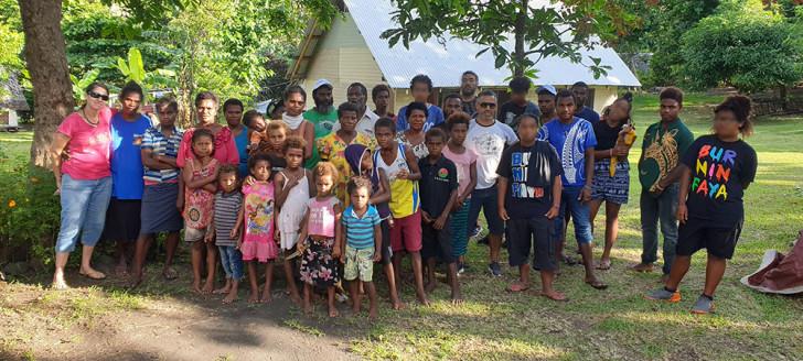 Toute l'équipe avec une partie des habitants de Manuapen.
