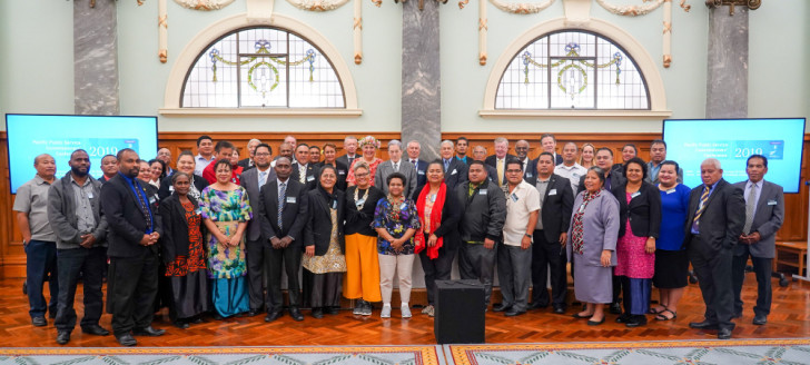 Les 18 délégations au Parlement, en présence de Winston Peters, ministre des Affaires étrangères et Vice-Premier ministre de Nouvelle-Zélande. (© Photos MFAT Pacific and developpement).