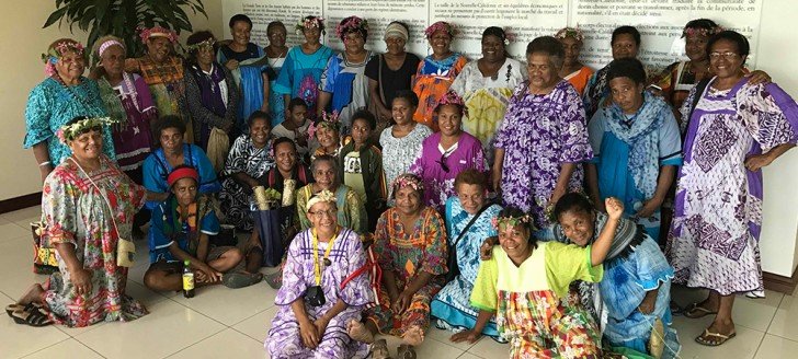 Les femmes de Canala devant le Préambule de l'Accord de Nouméa.