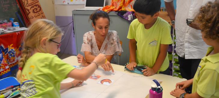 Démonstration d'une activité Rebee à l'école Saint-Jean-Baptiste à Nouméa, en présence d'Isabelle Champmoreau, membre du gouvernement en charge de l'enseignement.