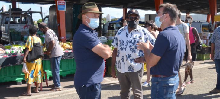 Adolphe Digoué, membre du gouvernement, Gérard Pasco, président de la Chambre d'agriculture et de la pêche et son directeur, Yannick Couete, ont parcouru les stands du marché Broussard de Ducos le samedi 9 octobre.