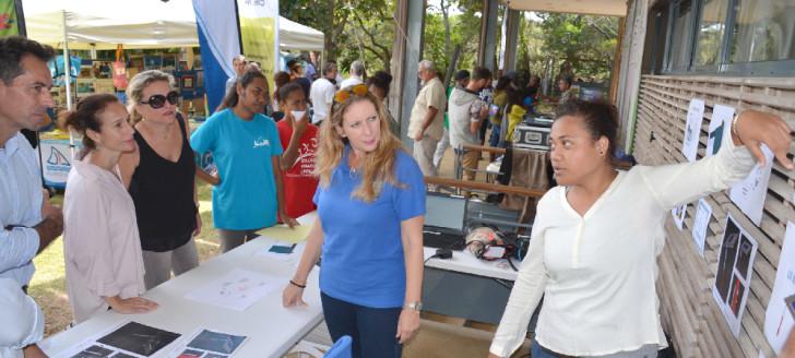 Isabelle Champmoreau a parcouru les stands de la fête de l'École calédonienne et échangé avec les élèves sur leurs projets.