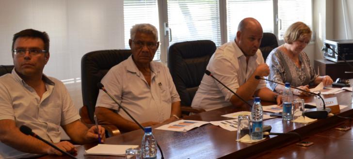 Entouré des trois chambres consulaires, Christopher Gygès a présenté la teneur de l'avant-projet de loi de soutien à l'économie calédonienne.