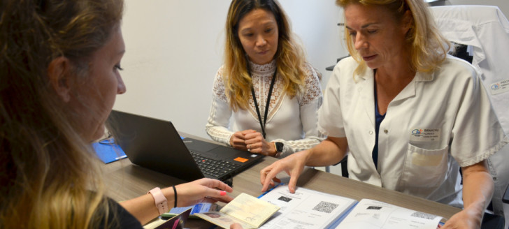 Le guichet de délivrance des certificats Covid numériques UE a ouvert au centre de vaccination du Médipôle sur rendez-vous (tél. : 27 18 51). Deux documents numérotés 1/2 et 2/2 sont remis correspondant aux deux doses de vaccin reçues.