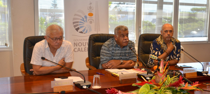 Lors du premier point presse du 17e gouvernement, le président Mapou a présenté l'attribution des secteurs aux côtés des deux porte-parole, Yannick Slamet et Gilbert Tyuienon.