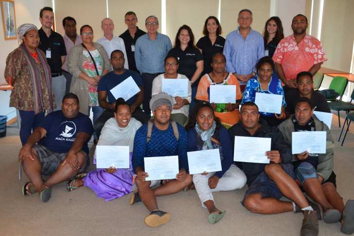 Les heureux diplômés (seuls 11 d'entre eux ont pu être présents) en compagnie des partenaires et des formateurs.