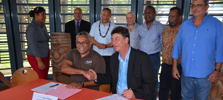 En présence de plusieurs membres du gouvernement et des directeurs généraux du PROE et de l'UICN Océanie, Thierry Santa et Emmanuel Tjibaou ont signé la convention pour l'accueil de la conférence au centre culturel Tjibaou.