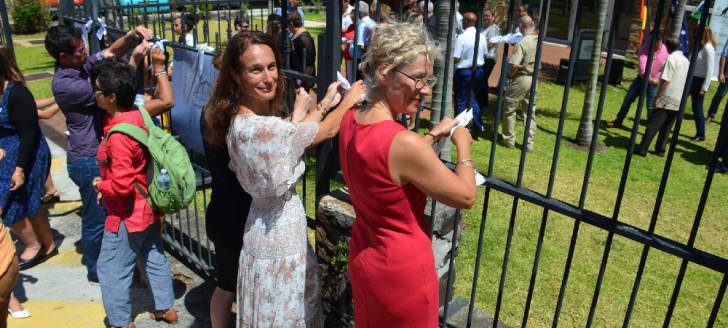 Isabelle Champmoreau et la chercheuse Nicole George ont participé à la campagne du « White ribbon » organisée par le consulat général d'Australie.