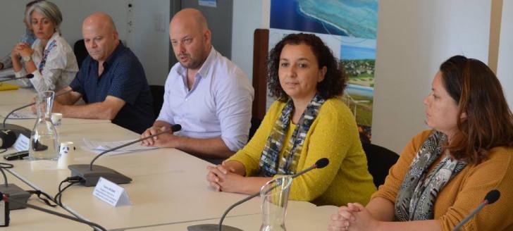 Christopher Gygès aux côtés de Philippe Blaise et Isabelle Laran pour la province Sud, Chérifa Linossier pour la province des Îles Loyauté et Roxanne Brun pour la DAE.