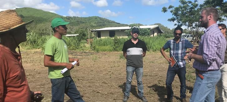 Discussion, sur l'exploitation de Franck Soury-Lavergne, à La Foa, autour du développement de l'agriculture biologique.
