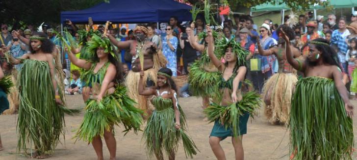 Les troupes Tiaré Pacifique et tribu de Hunöj (Lifou) ont ouvert le bal avec une symbolique danse fusion.