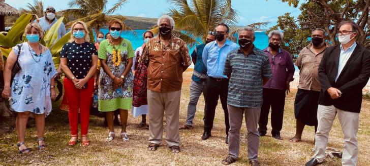 Louis Mapou était accompagné des membres du gouvernement Mickaël Forrest et Vaimu'a Muliava. Le Congrès était notamment représenté par Roch Wamytan, Malikulo Tukumuli, Virginie Ruffenach, Philippe Dunoyer, Wali Wahetra et Isabelle Bearune.