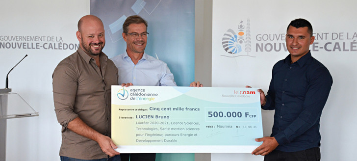 Christopher Gygès et Jean Gabriel Faget, directeur général d'Enercal et président du Cnam ont remis sa récompense au jeune lauréat.