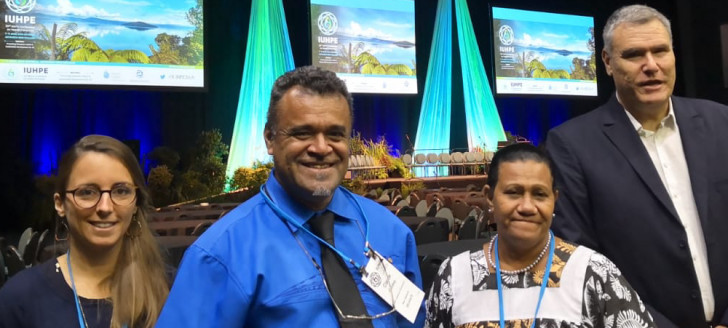 Valentine Eurisouké, une partie de l'équipe du plan Do Kamo et le docteur Didier Jourdan (à d.), à l'origine de la création de la chaire Unesco « Écoles, éducation et santé ».