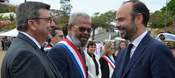 Le Premier ministre Édouard Philippe salue le président du gouvernement Philippe Germain.