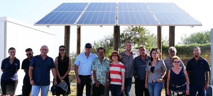 Photo de groupe, avec les bénéficiaires, les représentants des institutions et Enercal.