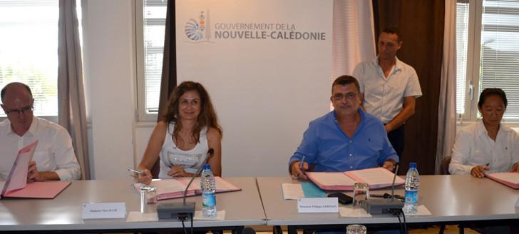 Les signataires du contrat de compétitivité de la filière du solaire thermique : Xavier Benoist (FINC), Nina Julié (ACE), le président du gouvernement Philippe Germain et Nathalie Klein (Synergie).