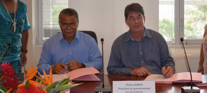 Les conventions ont été signées par le président du gouvernement, Thierry Santa, et le président de l'Assemblée territoriale de Wallis-et-Futuna, Atoloto Kolokilagi.